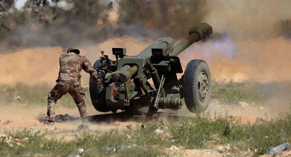 Obuseiro D-30 usado por um militar do Exército sírio