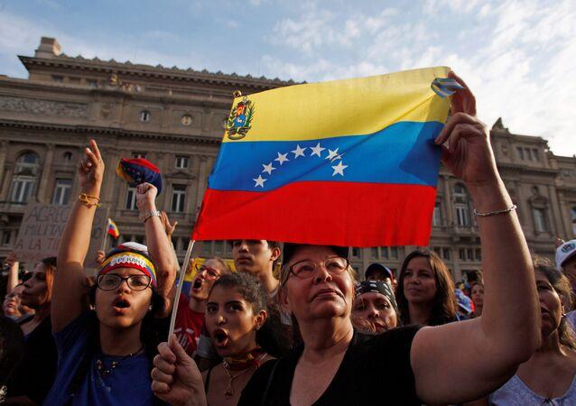 Pessoas se reúnem em apoio ao líder da oposição da Venezuela, Juan Guaidó, na Praça do Vaticano, em Buenos Aires, Argentina, 23 de janeiro de 2019