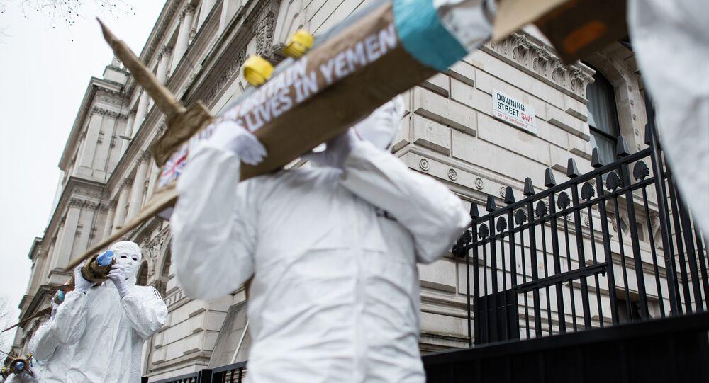Ativistas da Anistia Internacional carregam modelos de mísseis no centro de Londres para denunciar a exportação de armas do Reino Unido para a Arábia Saudita, 18 de março de 2016