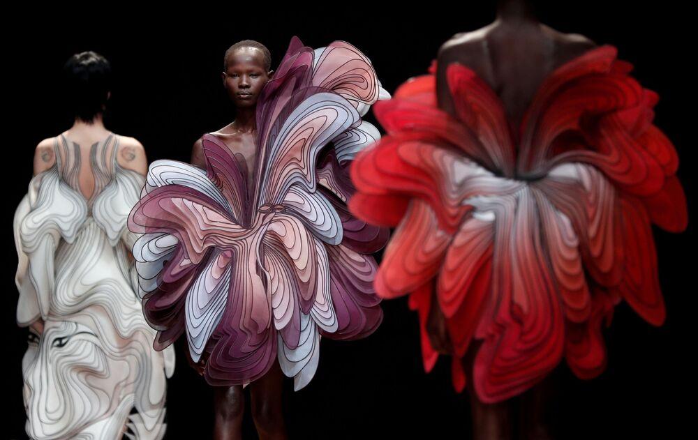 Modelos apresentam criações da designer holandesa Iris van Herpen, em Paris, França, 21 de janeiro de 2019