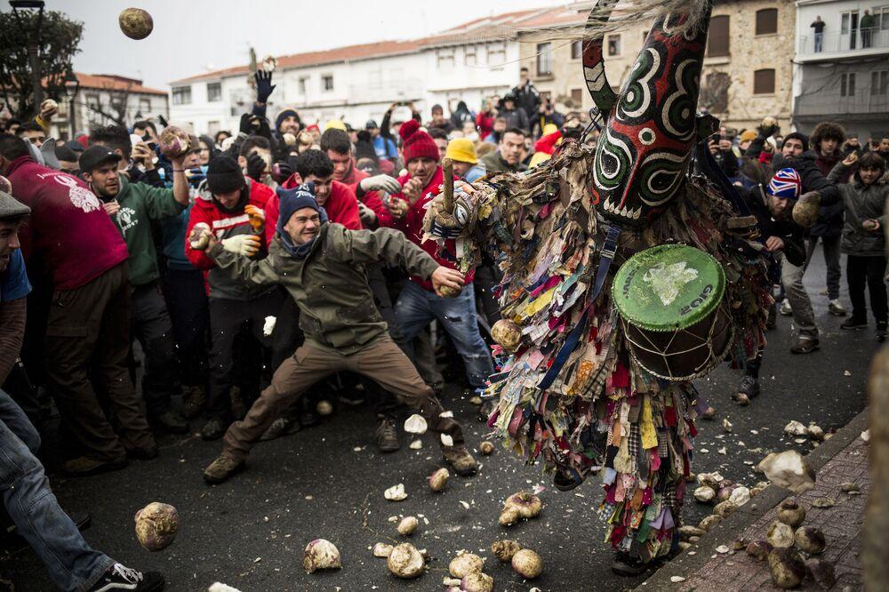 Pessoas durante celebração do festival Jarramplas, no sudoeste da Espanha
