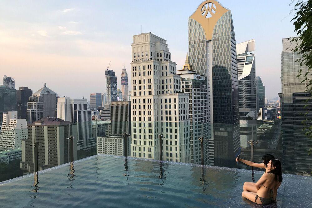 Turistas desfrutam de piscina em hotel no centro de Bangkok, Tailândia, 21 de janeiro de 2019