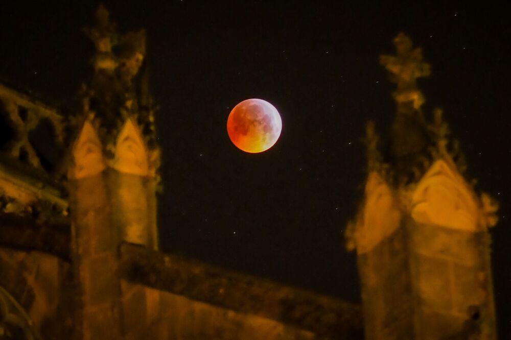 Foto mostra a Superlua de sangue de lobo atrás da catedral de Tours, no centro da França, em 21 de janeiro de 2019