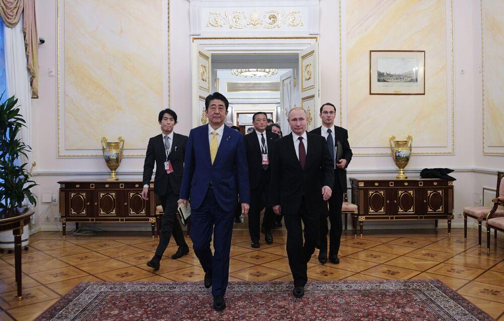Primeiro-ministro japonês, Shinzo Abe, e presidente russo, Vladimir Putin, durante reunião em Moscou, Rússia