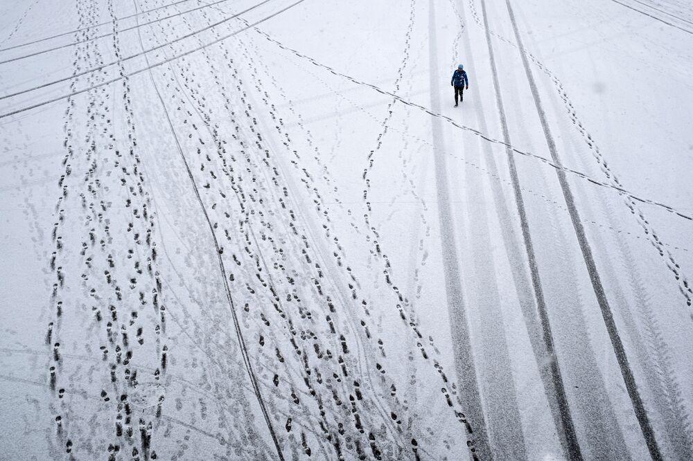 Transeunte durante queda de neve no Parque Gorky, em Moscou, Rússia
