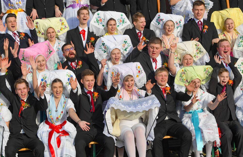 Participantes do festival Zapust usando trajes nacionais, na Alemanha, 19 de janeiro de 2019