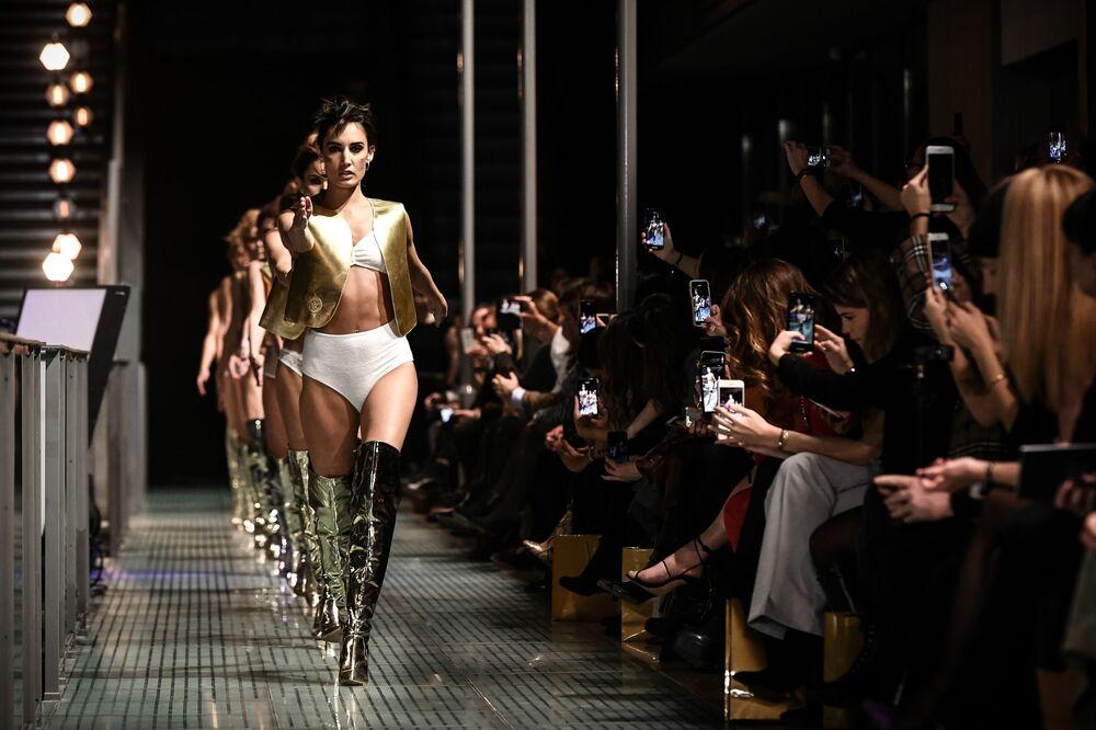Modelo durante a apresentação de lingerie no desfile de moda Lingerie Rocks em Paris, França, 20 de janeiro de 2019
