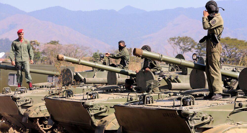 Nicolás Maduro inspeciona tropas na véspera de manobras militares