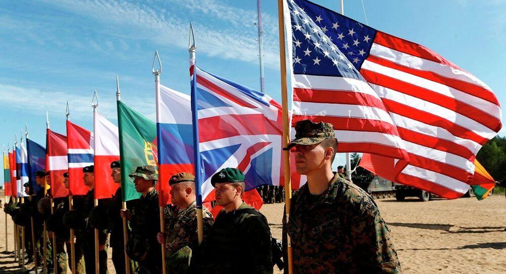 Soldados dos países membros da OTAN em cerimônia de abertura dos exercícios militares Saber Strike 2015