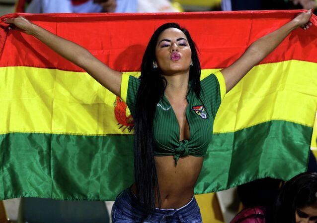 Fã da seleção da Bolívia aquece as tribunas durante o encontro com a equipe do México no estádio Sausalito, em Viña del Mar, Chile