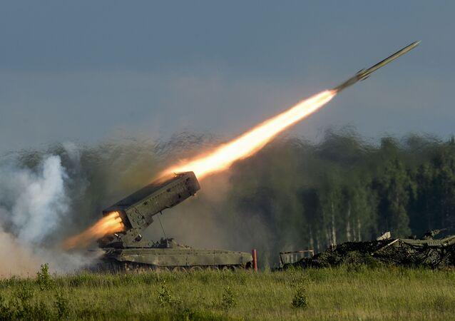 Um míssil é lançado durante o show militar que fez parte do Fórum Internacional Técnico-Militar Army 2015 na cidade de Kubinka em Moscou