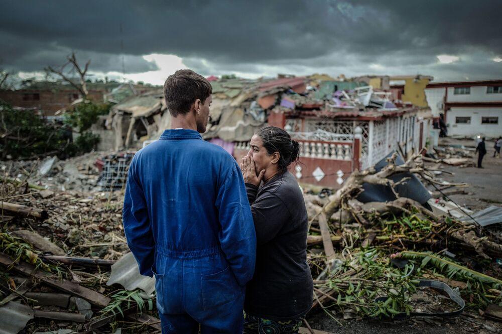 Moradora de Havana chora perante sua casa destruída em resultado do tornado