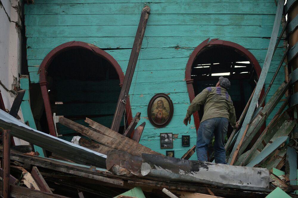 Homem tenta encontrar bens em casa destruída depois do tornado na capital de Cuba