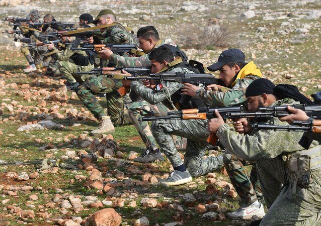 Especialistas militares da Rússia treinam milicianos e militares sírios em campo de exercícios na Síria