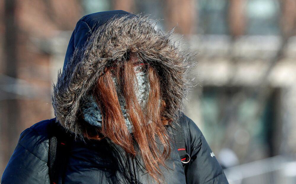 Estudante preparada para temperaturas negativas anda em direção à Universidade de Minnesota, EUA, em 29 de janeiro de 2019