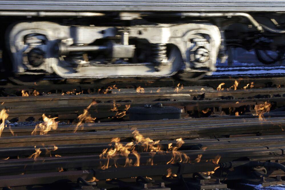 Trem em direção ao centro de Chicago, enquanto o aquecedor a gás lida com neve e gelo nos trilhos
