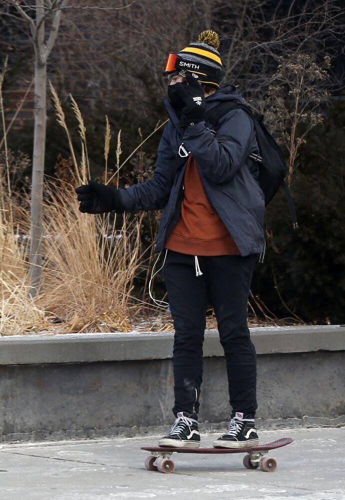 Skatista enfrenta temperaturas abaixo de zero na cidade de Minneapolis, EUA