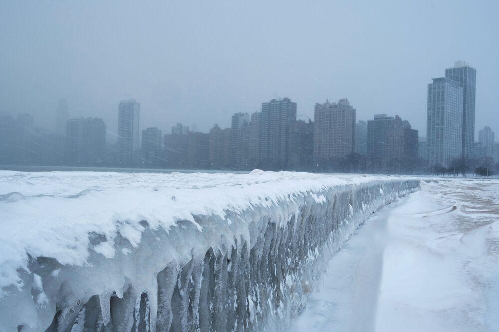 Pingentes de gelo formados na passarela à beira do lago Michigan em Chicago, EUA, em 29 de janeiro de 2019