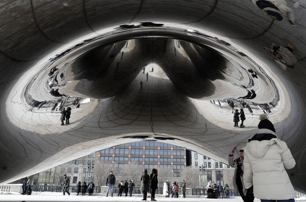Pessoas se refletem na escultura Cloud Gate no Chicago Millennium Park