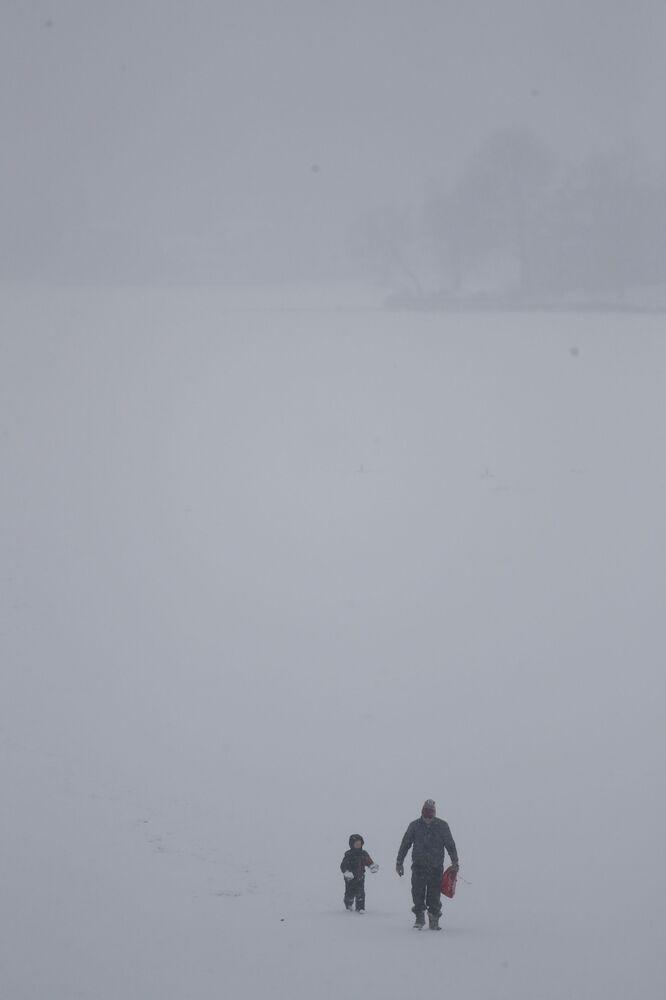 Turistas de Yakima passeiam pelo lago Hopatcong congelado depois da pesca no gelo, em 29 de janeiro de 2019