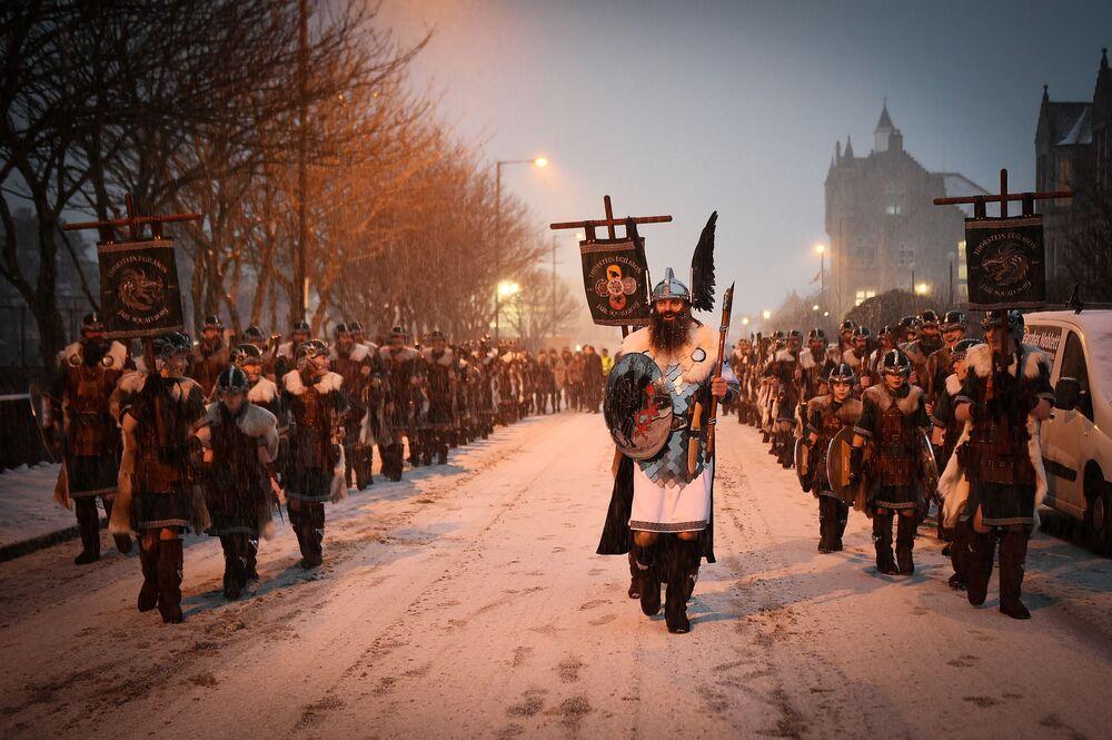 Líder do Esquadrão Jarl, John Nicholson, conduz vikings pelas ruas de Lerwick, na Escócia, 29 de janeiro de 2019