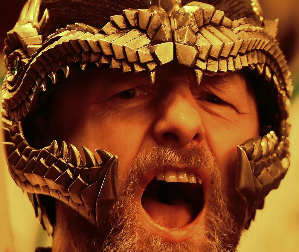 Guizer, membro do esquadrão de vikings, participa do festival Up Helly Aa, realizado em Shetland, na Escócia