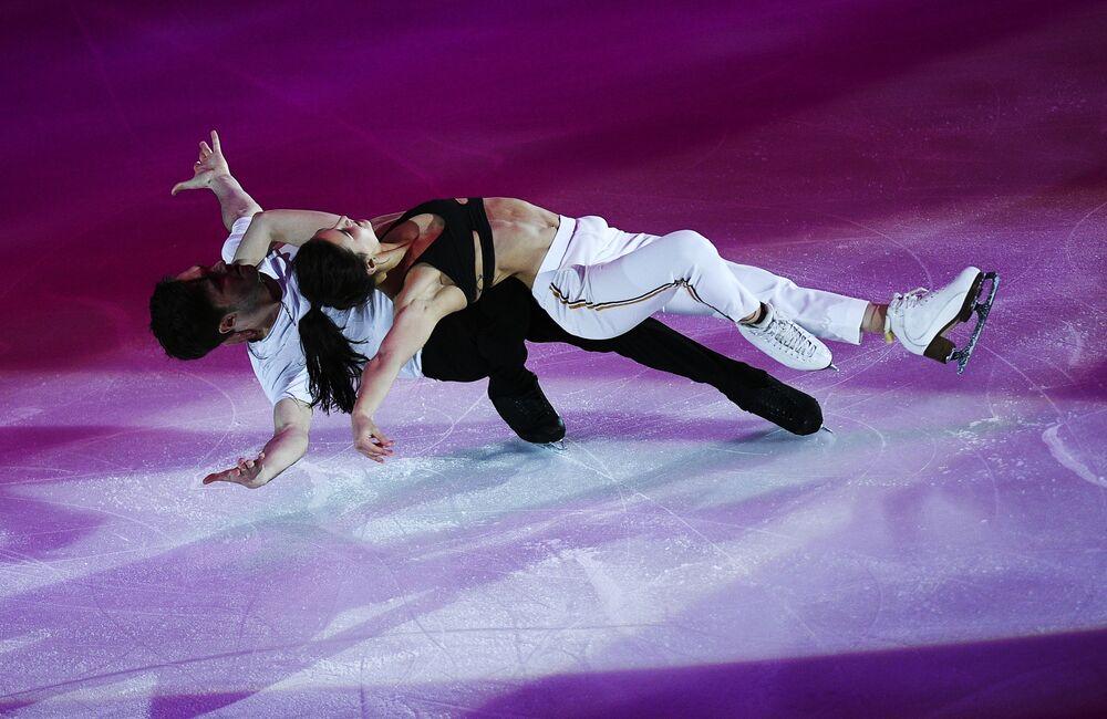 Sofia Evdokimova e Egor Bazin (Rússia) durante a apresentação da 5ª etapa da Final do Grand Prix de Patinação Artística no Gelo em Moscou, na Rússia