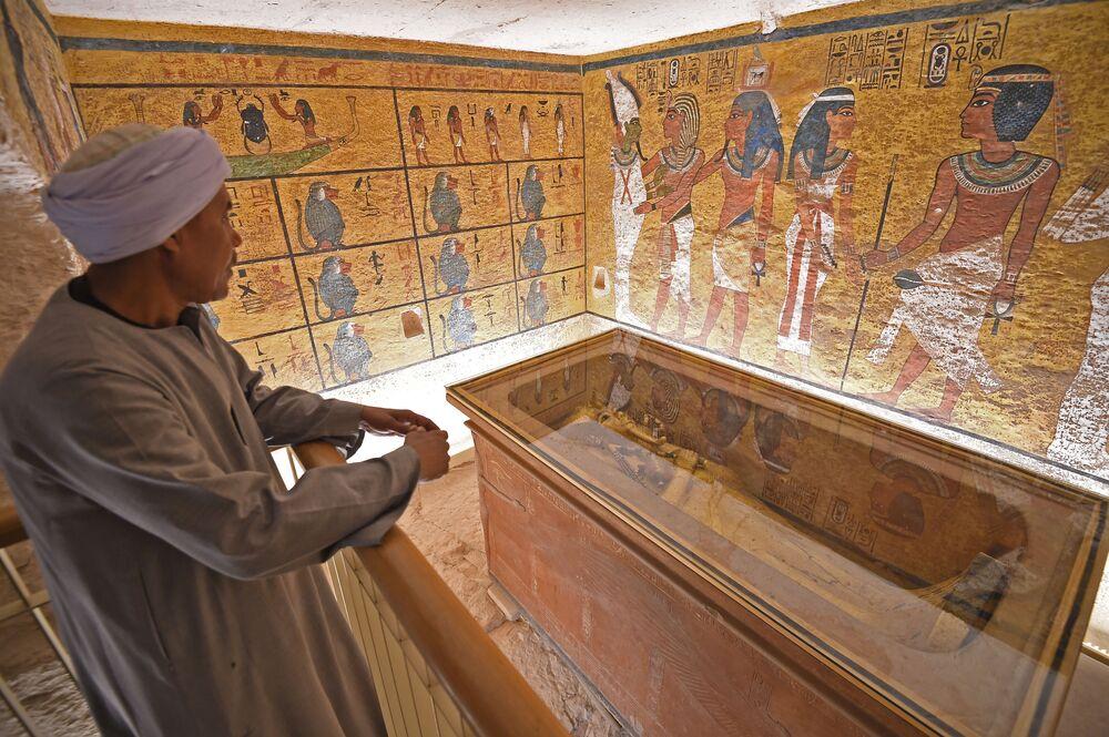 O sarcófago dourado do faraó Tutancâmon encontrado em Luxor, Egito
