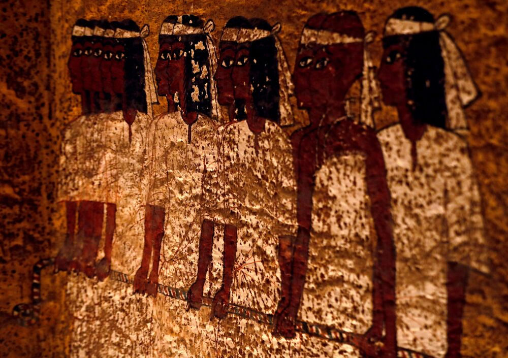 Pinturas típicas da antiga era egípcia nas paredes da tumba do faraó Tutancâmon que reinou no Antigo Egito entre 1336 e 1327 a.C.