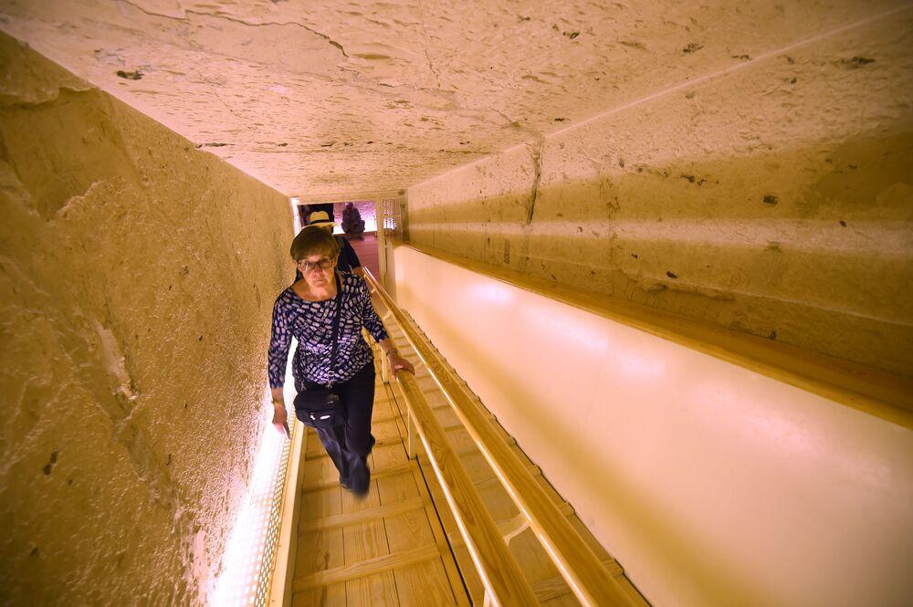 Uma visitante sobe as escalas no túnel da tumba restaurada do faraó Tutancâmon em Luxor