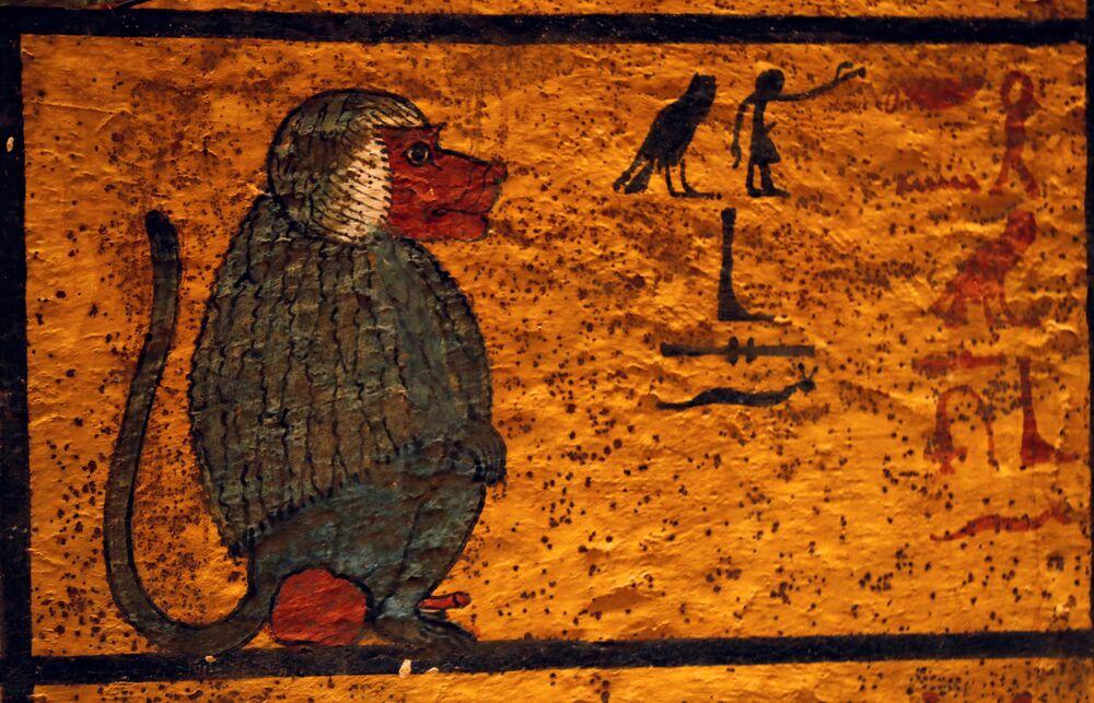 Pinturas egípcias decoram as paredes da tumba construída para o faraó Tutancâmon onde foi encontrado o sarcófago com sua múmia