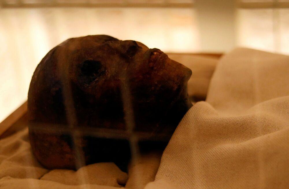 A múmia do Faraó Menino exibida na tumba em Luxor, onde especialistas mantêm as condições especiais para preservá-la