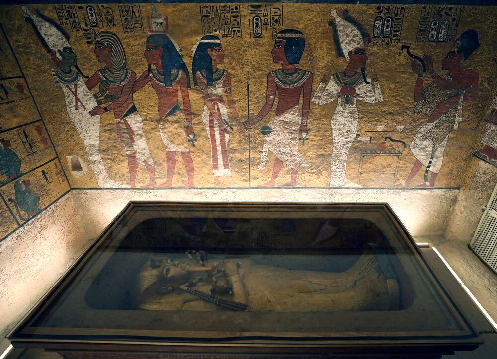 Visitantes da tumba admiram as pinturas feitas no estilo do Antigo Egito, em Luxor