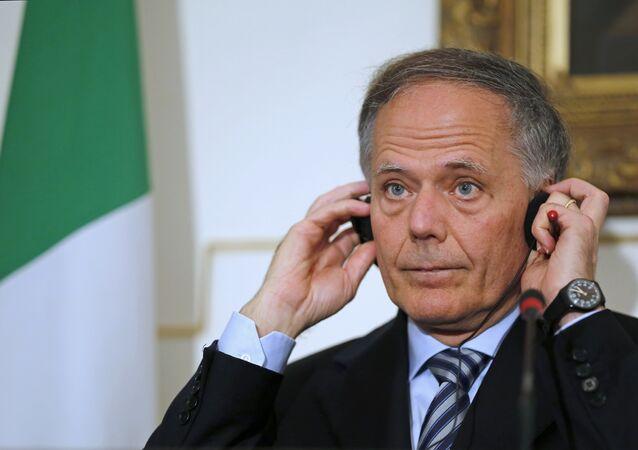 O ministro italiano das Relações Exteriores, Enzo Moavero, ouve a uma tradução de uma pergunta durante coletiva de imprensa após encontro com o chanceler egípcio, Sameh Shourkry, no Palácio de Tahir, em Cairo, Egito, em 5 de agosto de 2018.