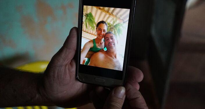 Alexis Costa, funcionário desaparecido da Vale em Brumadinho, é visto em uma foto com a irmã.