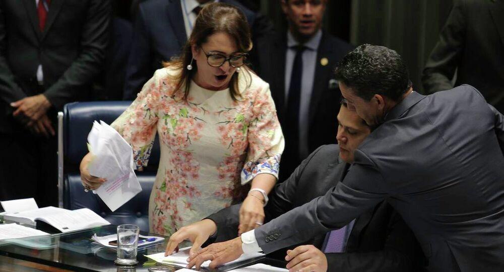 Senadora Kátia Abreu tirou da Mesa a pasta com o roteiro de condução da sessão do senador Davi Alcolumbre que preside a votação para escolha do novo presidente do Senado.