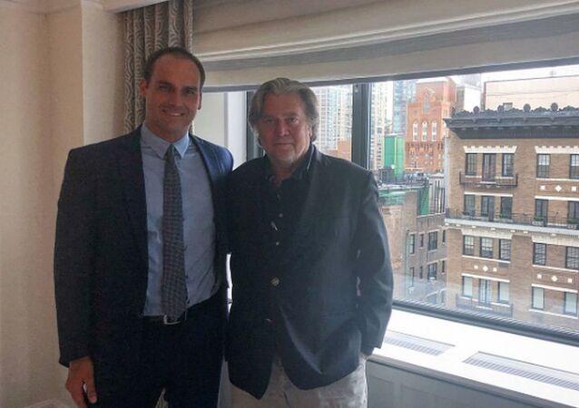 Eduardo Bolsonaro ao lado de Steve Bannon em Nova York