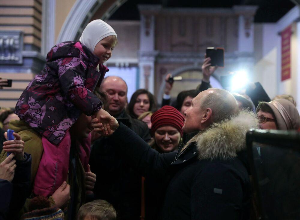 Presidente russo Vladimir Putin durante sua visita à exposição patriótica em honra do 75° aniversário do fim do Cerco a Leningrado