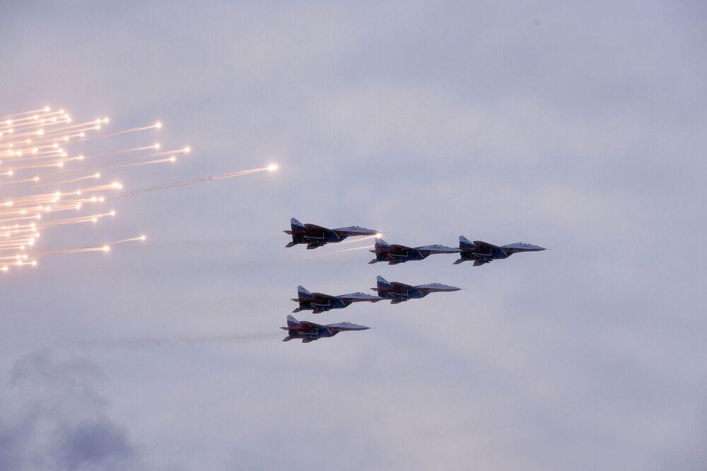Caça MiG-29 durante o desfile militar em honra do 75º aniversário do fim do Cerco a Leningrado, na Praça do Palácio em São Petersburgo