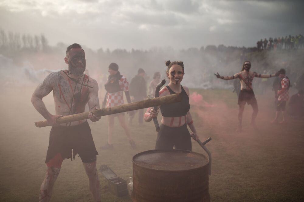 Artistas tocam tambores e largam fachos no início da competição de resistência perto da cidade britânica de Wolverhampton