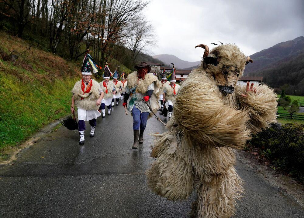 Carnaval na cidade espanhola de Ituren que visa afugentar espíritos malignos e despertar a primavera