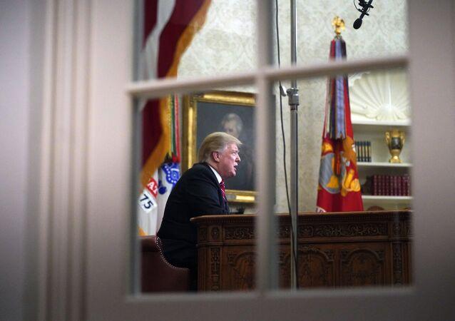 Presidente dos EUA, Donald Trump, visto através da janela da Sala Oval, Washington, EUA, 8 de janeiro de 2018