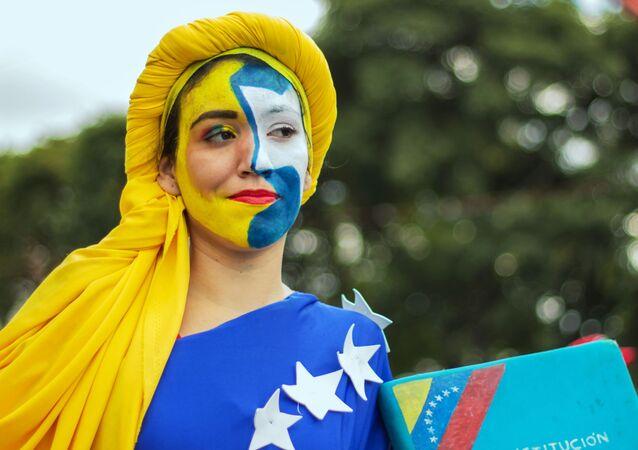 Participante dos protestos a favor do presidente venezuelano Nicolás Maduro