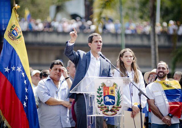 Líder da oposição venezuelana, Juan Guaidó, discursa perante os manifestantes em Caracas