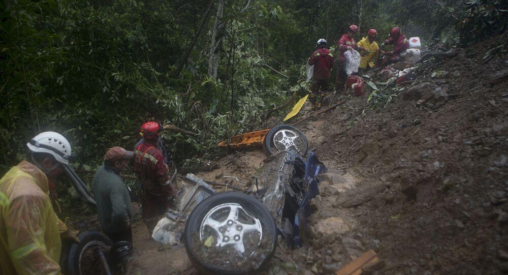Bombeiros procuram vítimas depois do deslizamento de terra na periferia de El Choro, Bolívia, 2 de fevereiro de 2019