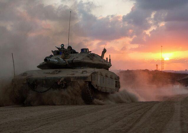 Um tanque de Merkava de Israel perto da fronteira com o enclave palestino.