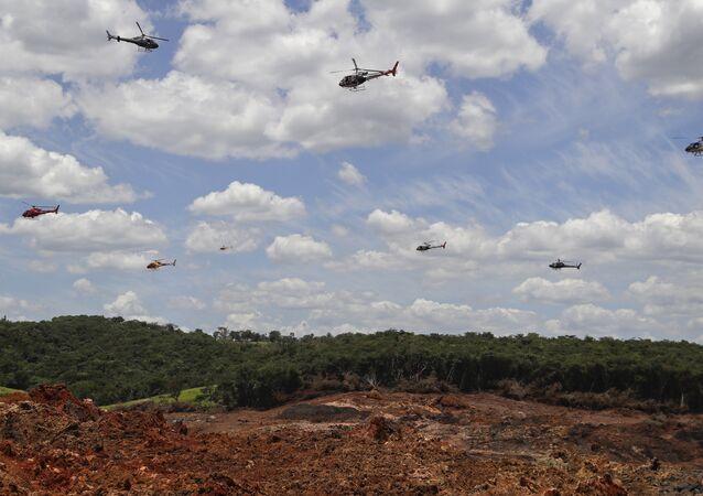 Helicópteros dos Bombeiros sobrevoando área depois do rompimento de barragem em Brumadinho (MG)