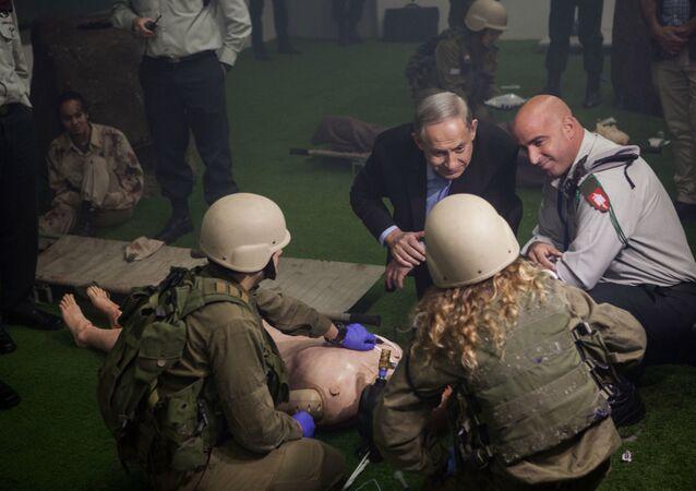 Primeiro-ministro israelense com soldados durante exercícios militares