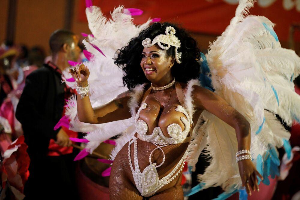 Integrante do Comparsa, grupo carnavalesco uruguaio, durante Desfile de Chamadas em Montevidéu, em 7 de fevereiro de 2019