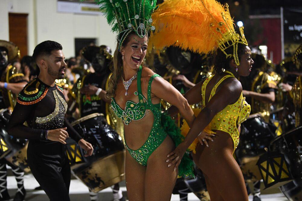 Duas participantes do grupo Comparsa no carnaval em Montevidéu, em 7 de fevereiro de 2019